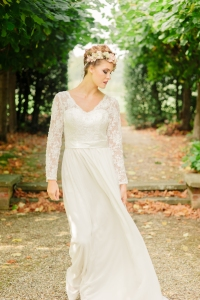 Jasmine's Secret wedding dress, £395 available exclusively at kittyanddulcie.com Hair accessory floandpercy.com 00079