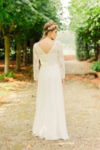 Jasmine's Secret wedding dress, £395 available exclusively at kittyanddulcie.com Hair accessory floandpercy.com 00084